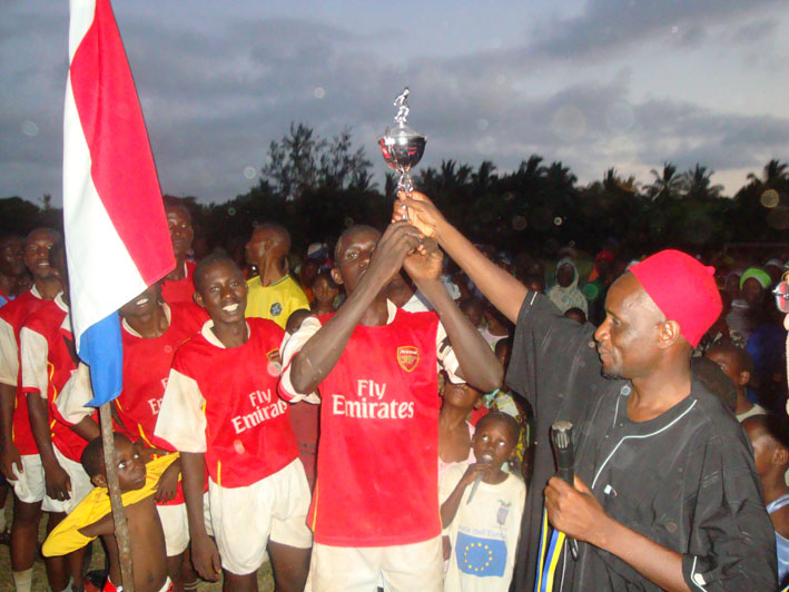 Chairman WT-Safaris hands over the Rafiki Kenia Challenge Cup to the first winners